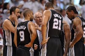 I San Antonio Spurs intorno a coach Popovich. Saranno nuovamente l'avversario da battere