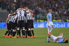 La Juve festeggia la Coppa Italia, il laziale Candreva si dispera a terra