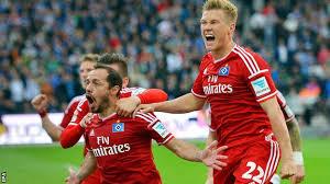 Marcelo Diaz (al centro) esulta dopo il gol che ha salvato l'Amburgo dalla retrocessione