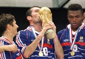 Fußball-WM: Zinedine Zidane küßt den Weltcup
